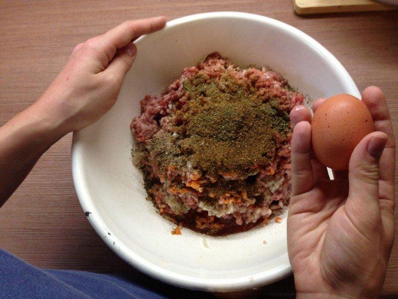 Добавляем яйцо и перемешиваем