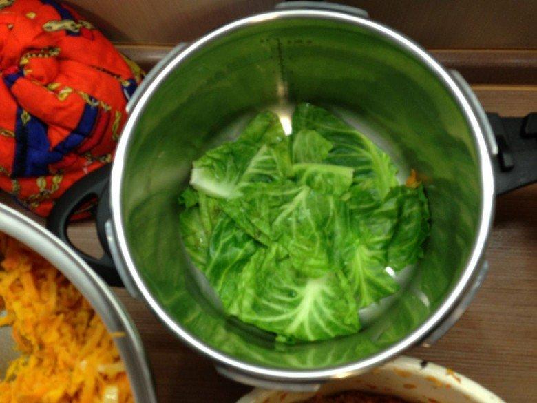 Пропаренные листья укладываем на дно кастрюли