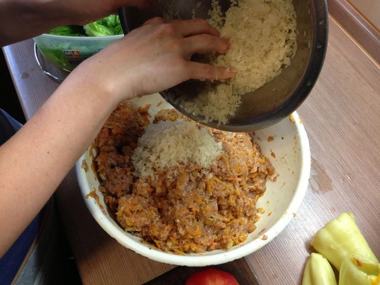 Высыпаем рис в мясной фарш и перемешиваем