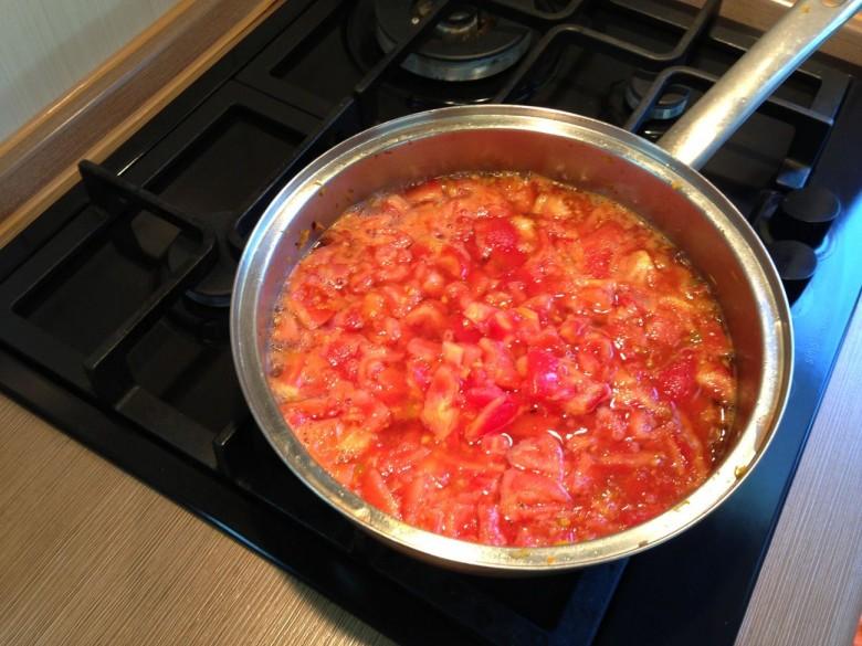 Когда закипит вода в сотейнике в нее следует добавить помидоры
