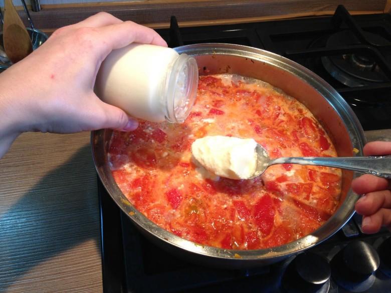 Когда все закипит нужно положить в соус не сладкий йогурт