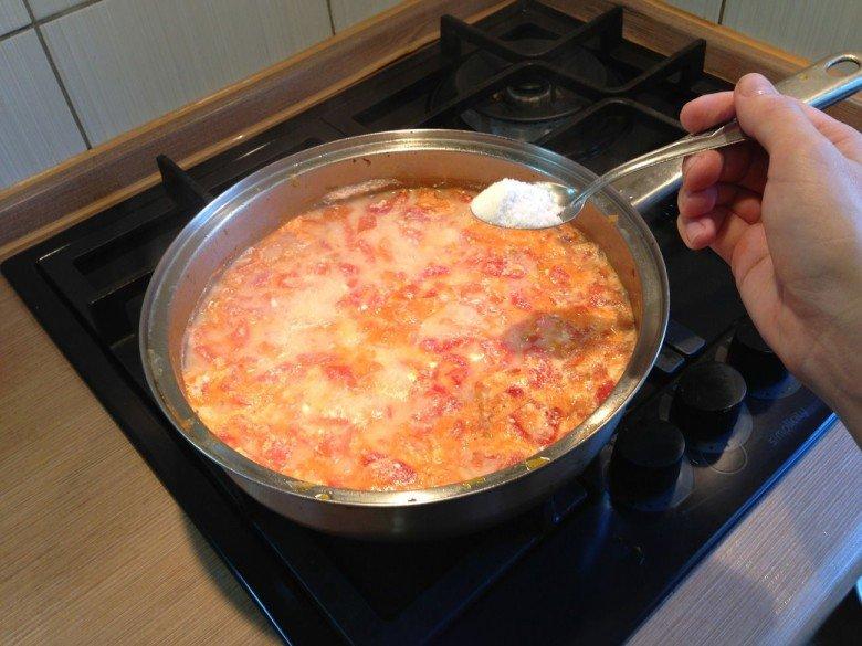 Соус солим и оставляем тушится примерно на 7-10 минут под закрытой крышкой