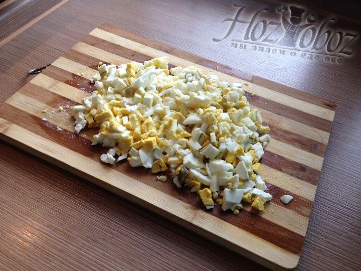 Нарезаем яйца мелкими кубиками