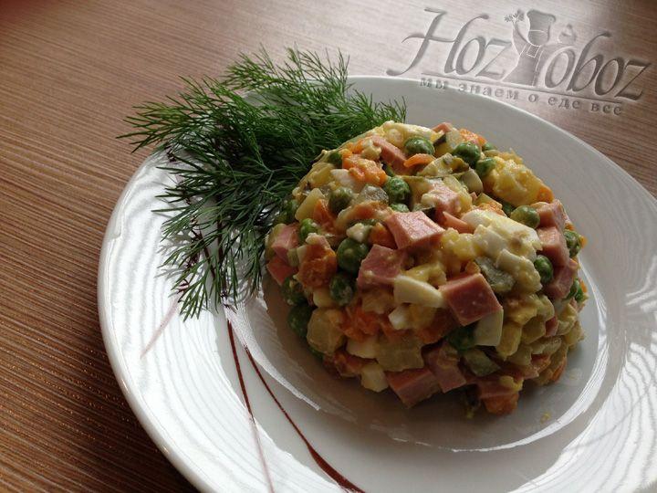 Подавать салат лучше сразу после заправки, чтобы он не стек