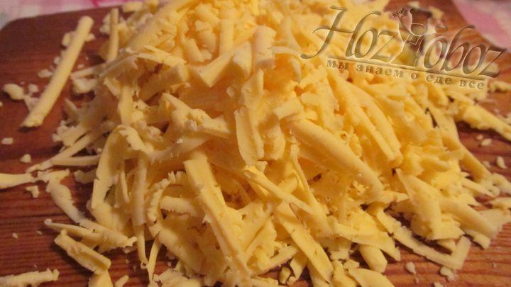 Натрите на терку твердый сыр