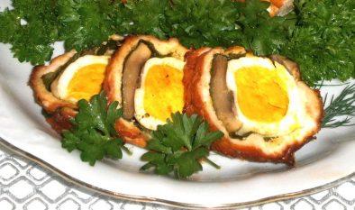 Мясной рулет с грибами и яйцом в духовке