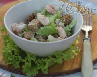Салат с сухариками и креветками