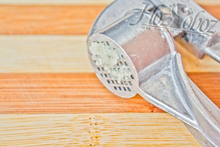 Зубчик чеснока нужно натереть на мелкой тёрке или раздавить