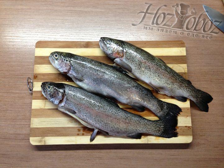 Затем моем рыбу и выкладываем на разделочную доску