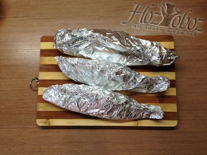 Теперь рыбу следует основательно упаковать в фольгу так, чтобы сок не просачивался и не выливался на противень
