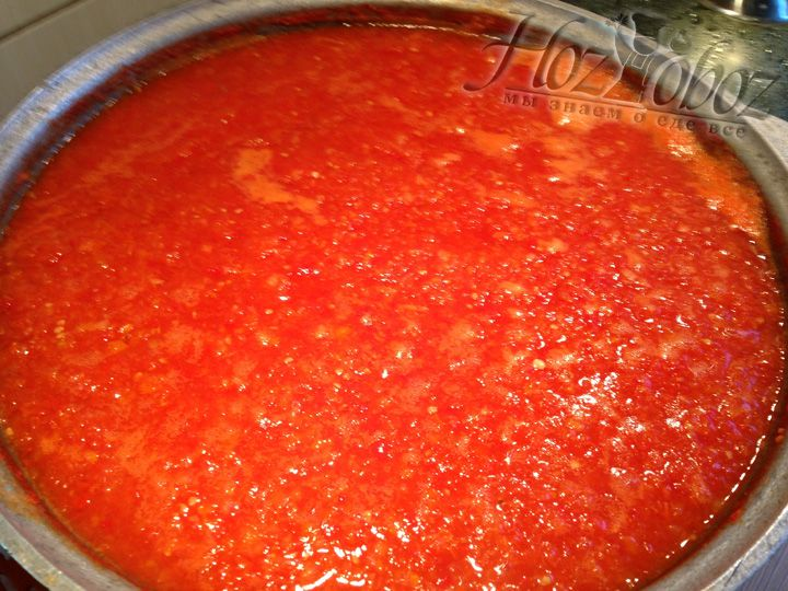 Теперь пропускаем перец и помидоры через мясорубку и выливаем в заранее подготовленный чугунный котел