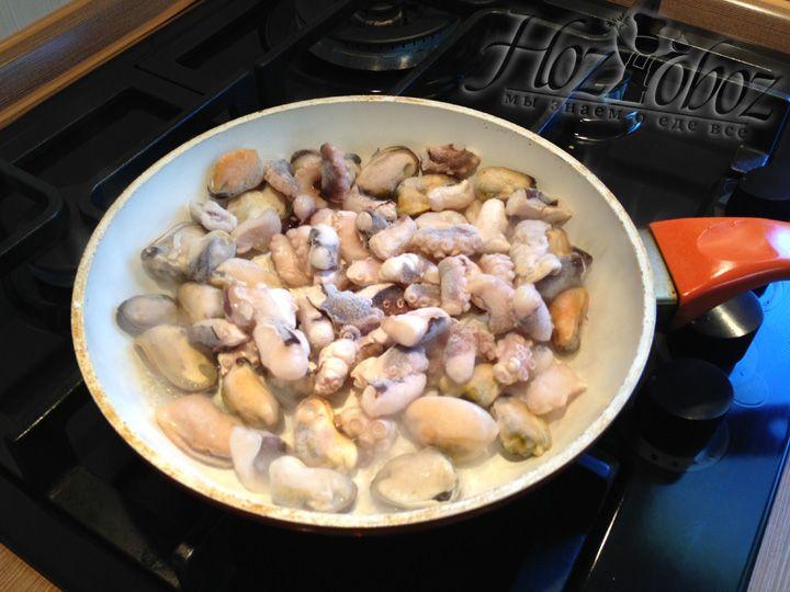 Размещаем замороженные морепродукты на сухую сковороду