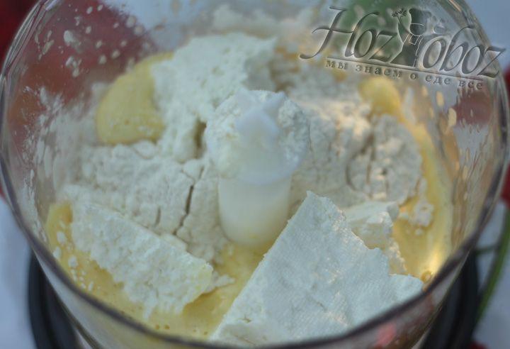Добавляем остальные ингредиенты: муку, разрыхлитель, ванильный сахар и творог