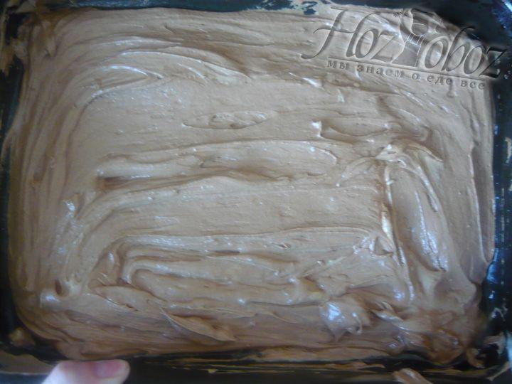 Выкладываем наш будущий пирог в форму или на противень, смазанный растительным маслом