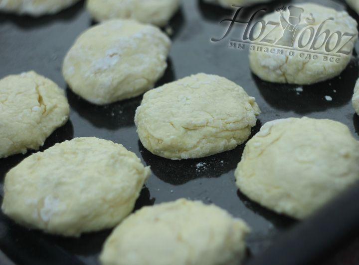 Вылепливаем сырники и отправляем их в духовку