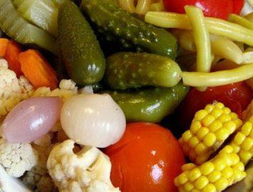 Ассорти из маринованных овощей