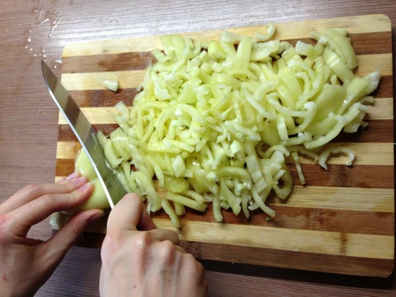 Нарезаем перец кусочками