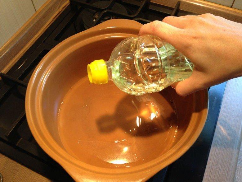 Наливаем в глубокую кастрюлю из керамики растительное масло и нагреваем его