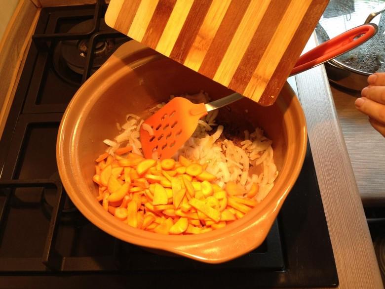 После нужно добавить морковь и жарить до того момента, пока она не начнет отдавать сок и не окрасит лук и масло
