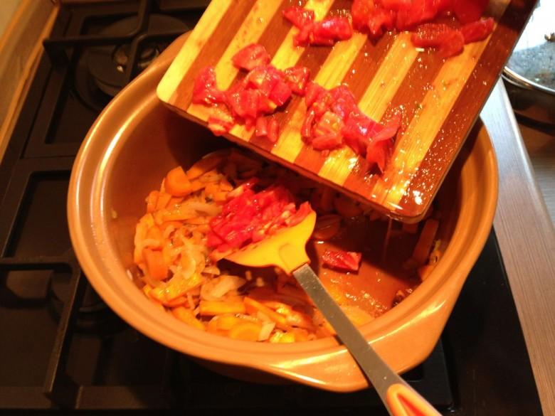Когда морковь и лук обжарятся следует добавить нарезанные томаты без кожицы