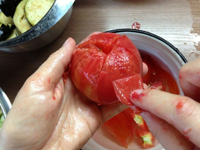 Следует аккуратно сделать перекрестный надрез и снять кожицу с каждого помидора