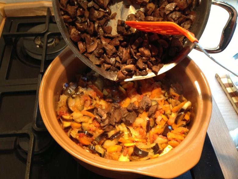 Добавим уже подготовленные и обжаренные заранее грибы