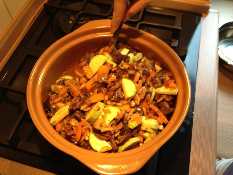 Перед тем как накрыть рагу крышкой и готовить еще 15 минут до готовности необходимо добавить чеснок и тщательно перемещать все ингредиенты