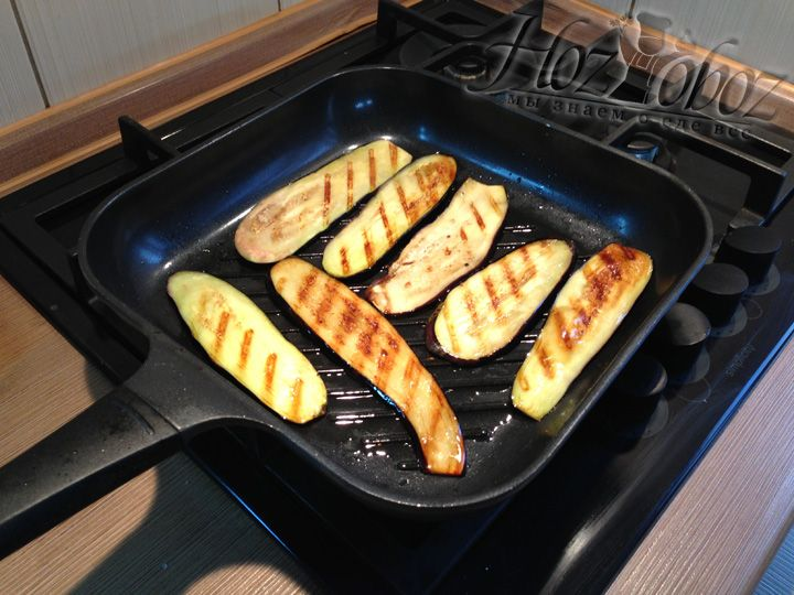 Обжарим баклажаны по очереди на гриль сковороде
