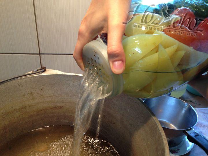 Даем банке, наполненной кипятком, немного остыть, после чего воду сливаем в подготовленный заранее чугун