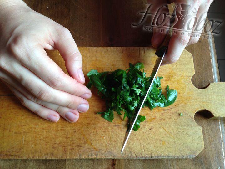 Мелко нарезаем листья базилика