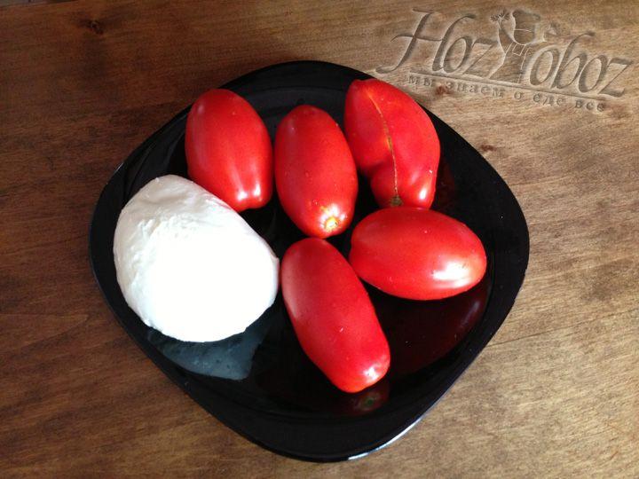 Для начала нам понадобиться самое главное - помидоры и сыр