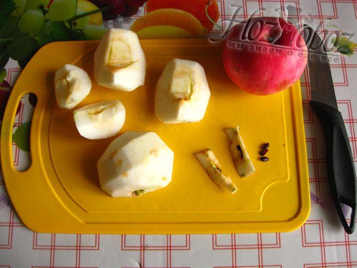 Разрезаем каждое яблоко на 4-6 частей