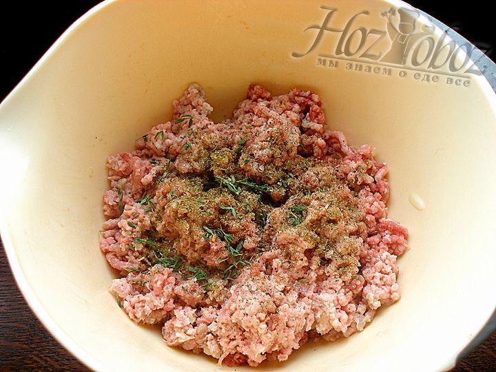 В фарш добавляем Соль, перец, петрушку и несколько листиков свежего тимьяна