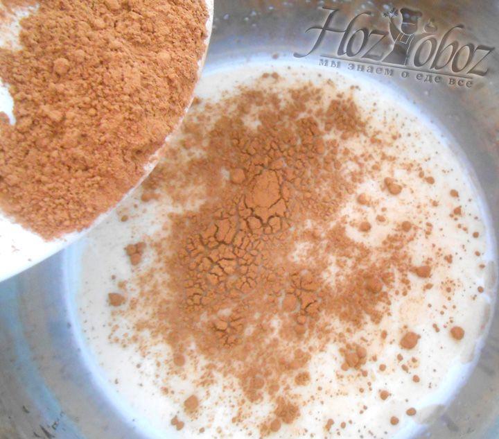 Ставим на огонь молоко, засыпаем в него сахар, перемешиваем. Засыпаем какао, доводим до кипения