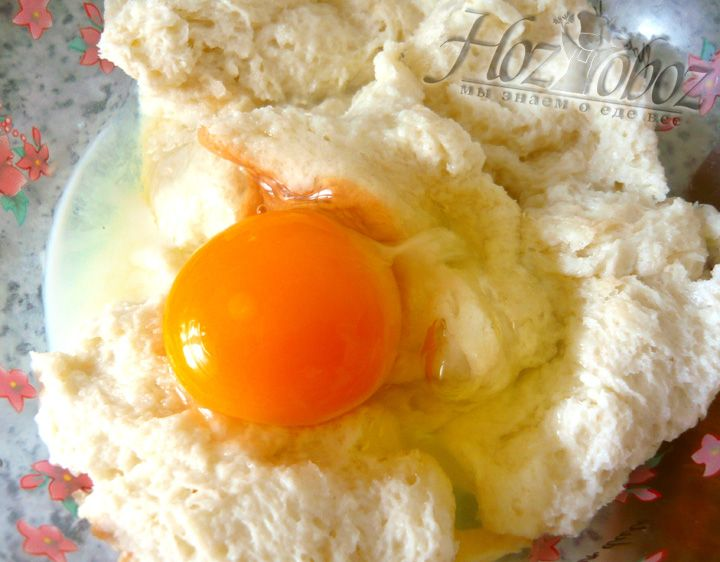 Разбиваем в молочно-хлебную массу яйца, добавляем рис, перемешиваем