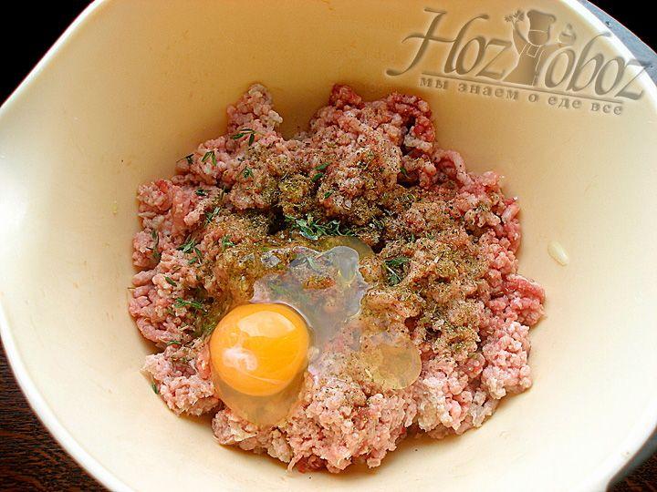 Добавляем яйцо в фарш