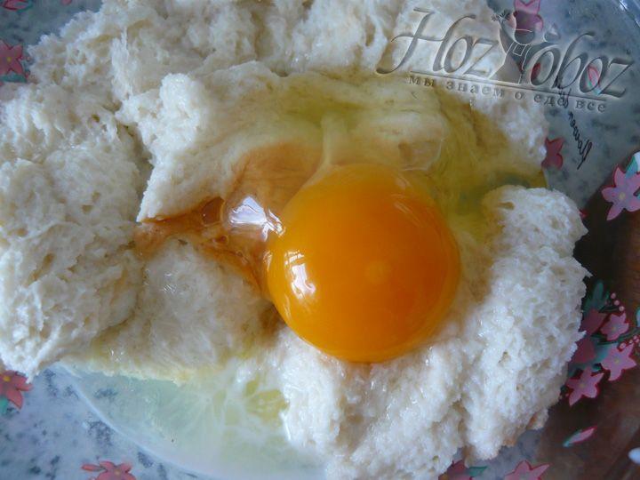 Разбиваем яйца в размоченный в молоке мякиш и тщательно перемешиваем
