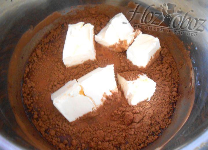 Масло рубим на кусочки, кидаем в кастрюлю с получившейся смесью. Масло должно полностью растворитьсяМасло рубим на кусочки, кидаем в кастрюлю с получившейся смесью. Масло должно полностью раствориться