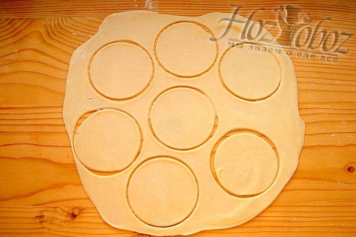 Раскатываем тесто и вырезаем кружки