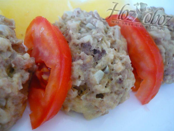 Подавать готовые котлеты хорошо с овощами. Например, с кусочками картофеля на пару и кружочками свежих томатов