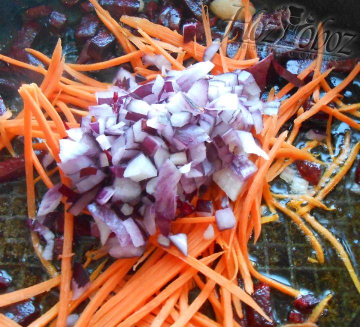 Обжариваем луки морковь вместе со свеклой и чесноком 2-3 минуты
