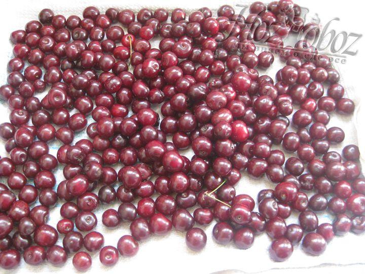 Перебираем ягоды, моем, выкладываем на полотенце чтобы стекла вода
