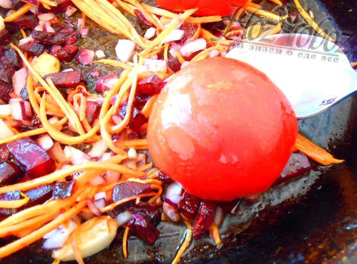 Выкладываем на сковороду томаты целиком, предварительно удалив сердцевину