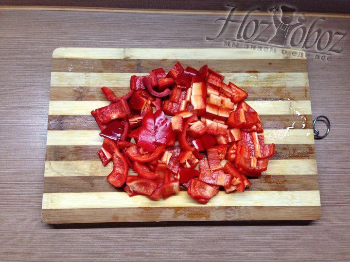 Чистим от хвостиков и семян болгарский перец и нарезаем его кусочками