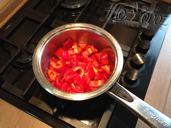 Помещаем кастрюлю на огонь и накрываем крышкой. После того как сок вскипит, перец в лимонном соке должен варится примерно 5 минут