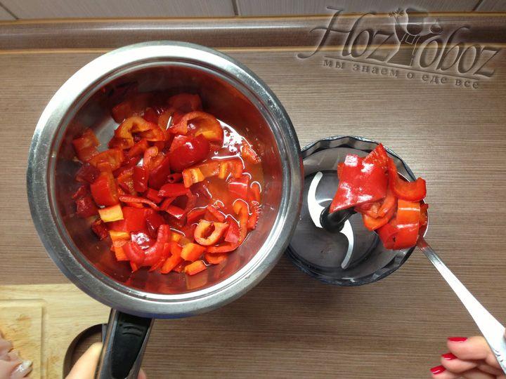 Когда основа для соуса остынет, перекладываем перец из кастрюли в блендер