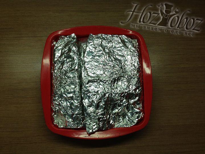 Теперь заворачиваем мясо в фольгу и помещаем в форму по размеру