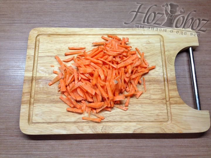 Моем, чистим, режем морковь соломкой