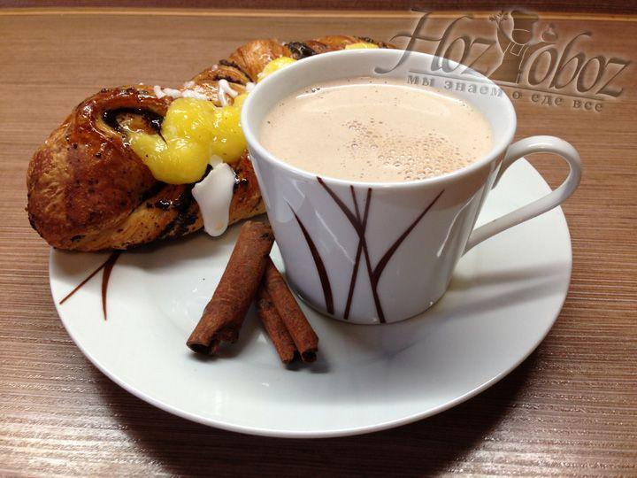 Подавать какао следует очень горячим и непременно в прикуску с ароматной здобой - так вкус будет еще ярче