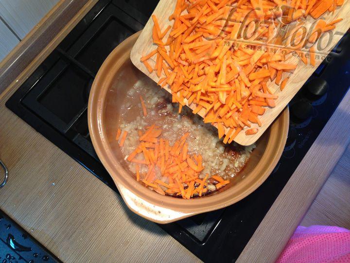 Как только лук обжарится добавим нарезанную морковь